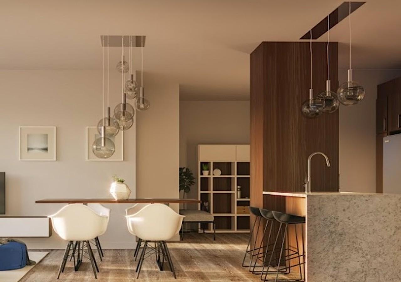 Cuisine en bois foncé et salle à manger