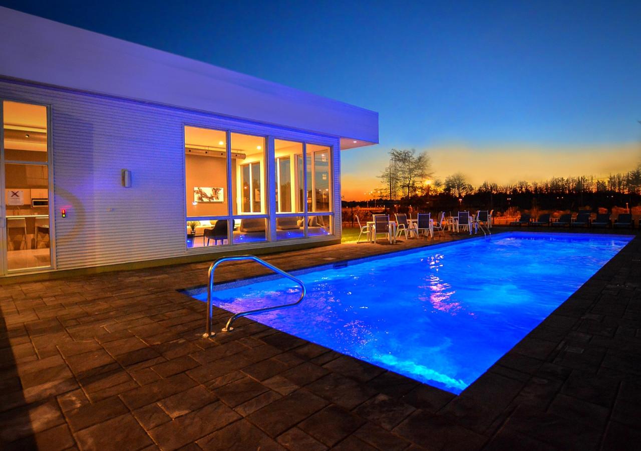 luxxcite mirabel la piscine au coucher du soleil