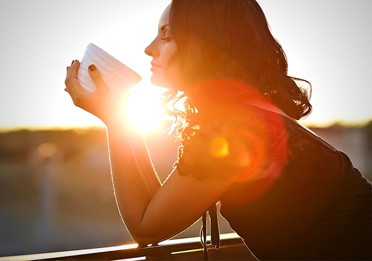 Femme prenant son café