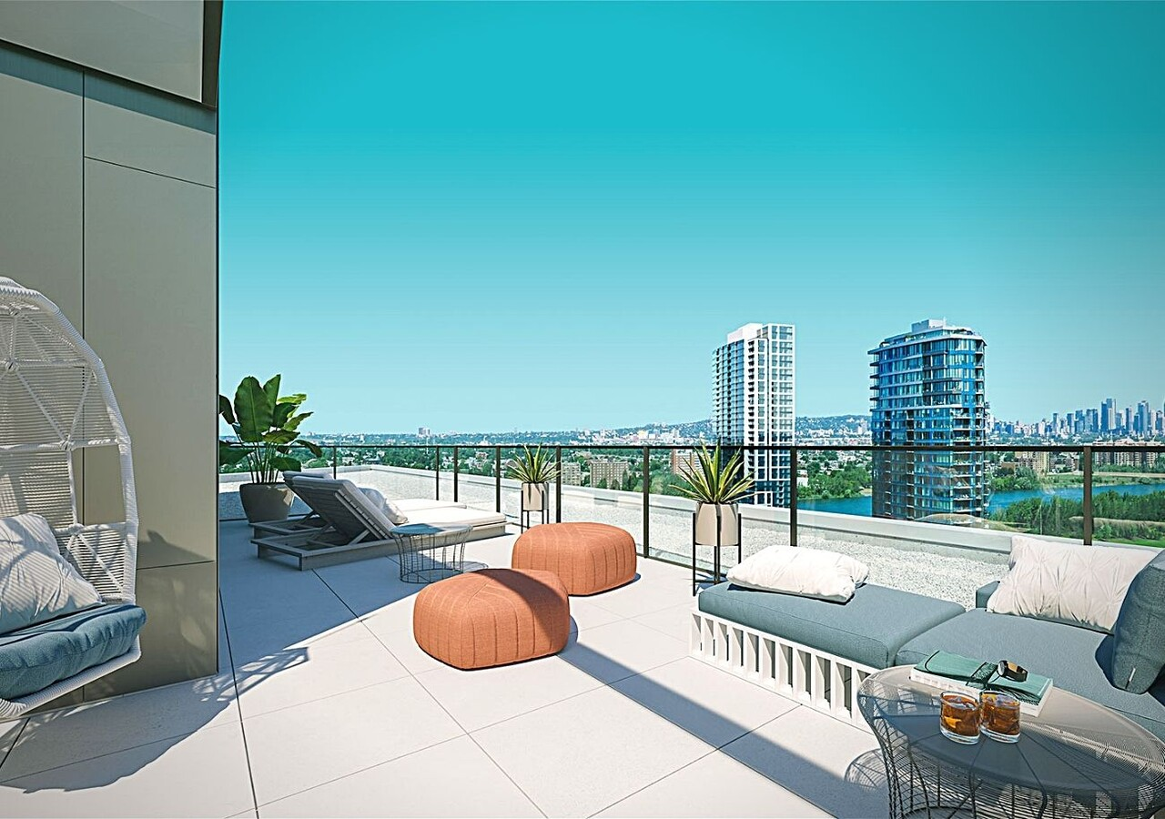 Symphonia Sol  terrace with view of the river and Montreal