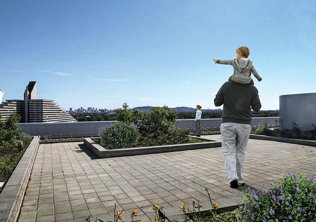 Terrasse sur le toit avec un homme et un enfant qui marche