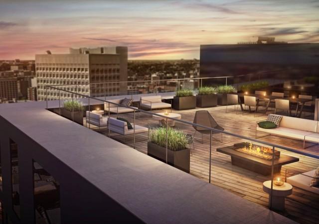 Terrasse sur le toit avec divans et vue sur la ville d'Ottawa