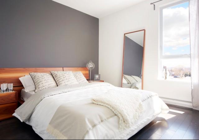 Chambre à coucher avec grand lit et fenêtre.