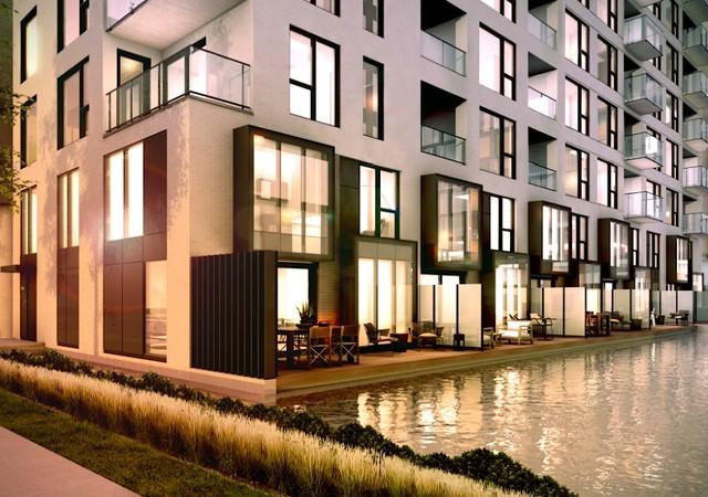 Vue des maisons de ville avec terrasses sur l'eau