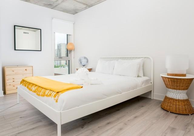 b et c chambre à coucher blanche avec vue sur la ville