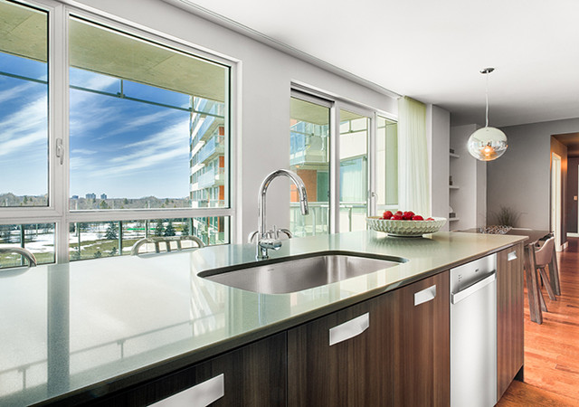 Cuisine laboratoire avec grandes fenêtres