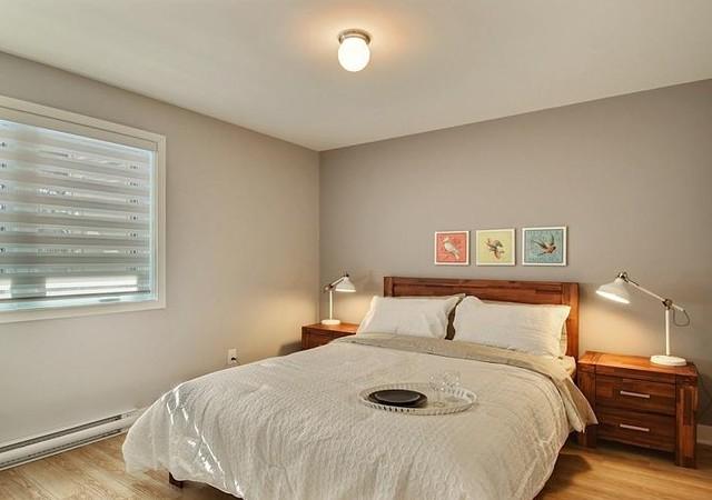 Chambre à coucher avec lit en lin blanc.