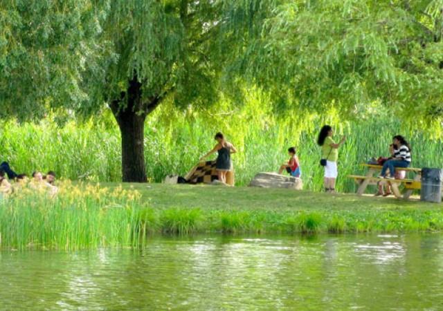 Vue dans le parc Jarry avec des gens qui parlent