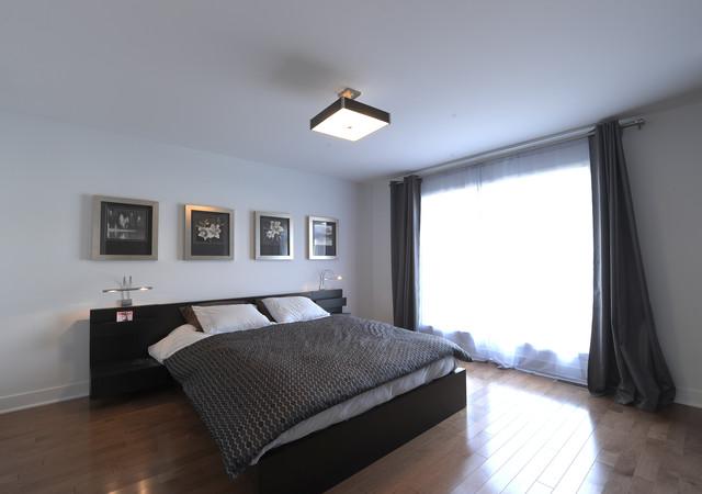 Chambre à coucher avec grande fenêtre