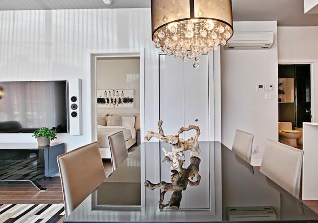 Table de salle à manger avec chaises et lustre.