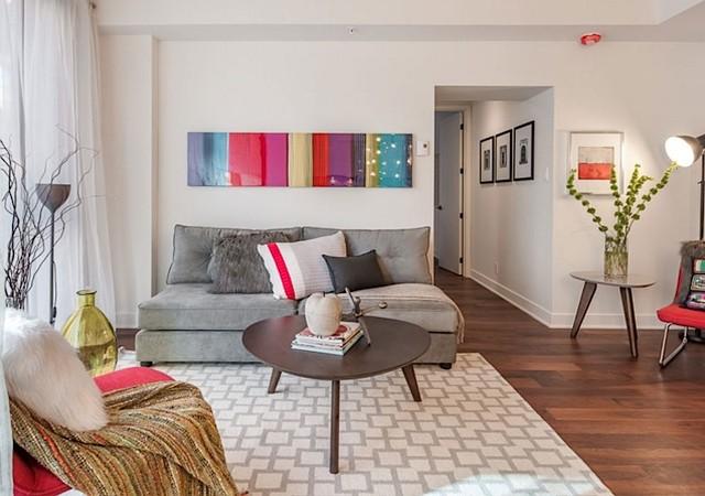 Salon coloré avec sofa et grand tapis