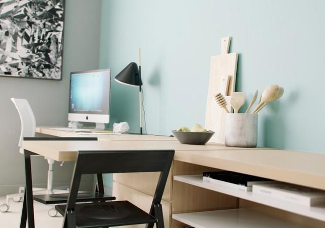 Bureau de travail avec un mur bleu