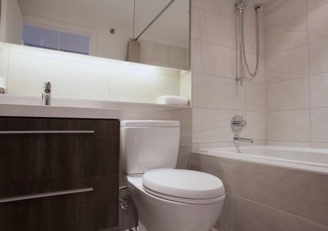 Salle de bain avec grand bain