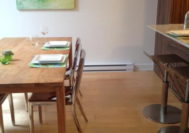 Vue sur des chaises dans une cuisine