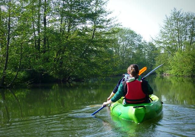 Femme en kayak qui regarde au loin