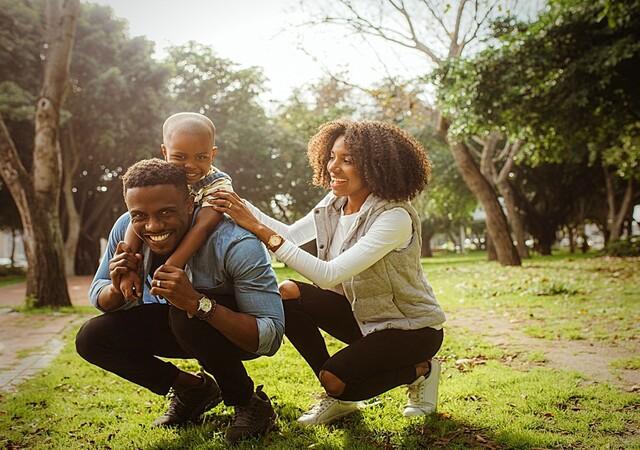 Famille jouant dans la nature
