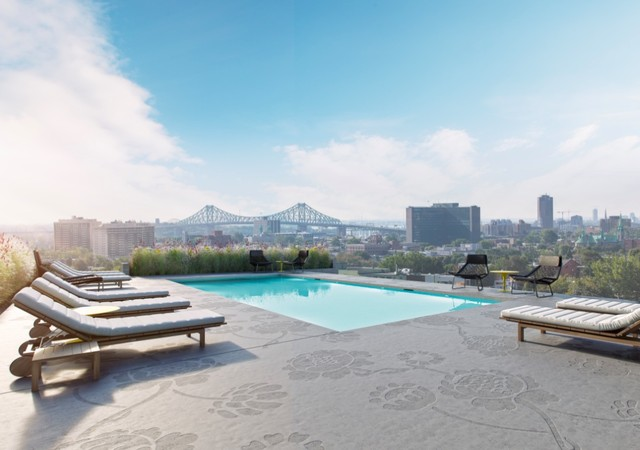 Rooftop terrace with a pool and a view on the city of Montreal
