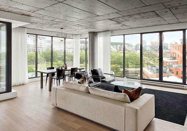 Salon et salle à manger avec grandes fenêtres