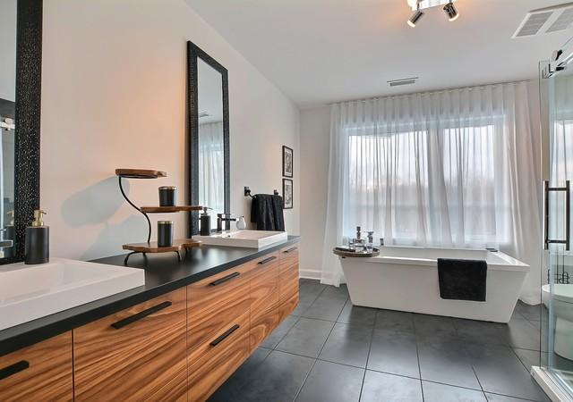 Salle de bain avec deux éviers et un grand bain