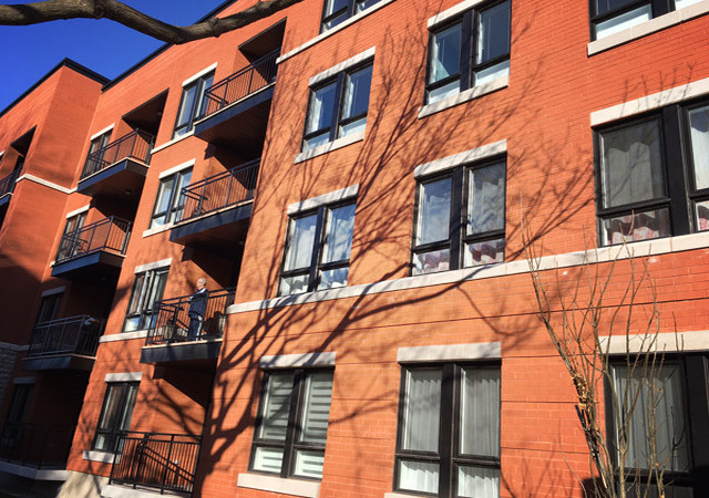 Facade du bâtiment de quatre étages en brique rouge