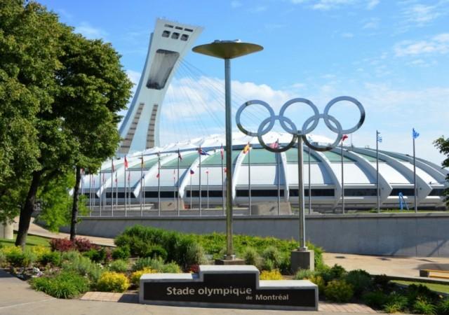 Vue sur le stade Olympique de Montreal avec les anneaux Olympique