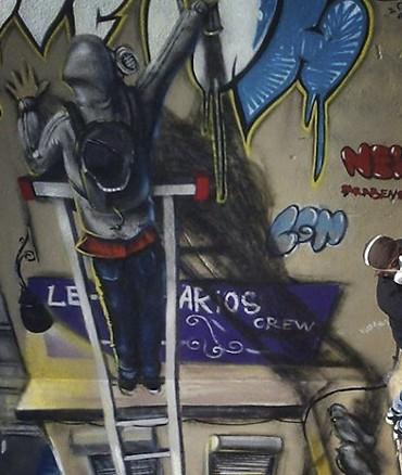 Artiste en train de faire une oeuvre de rue