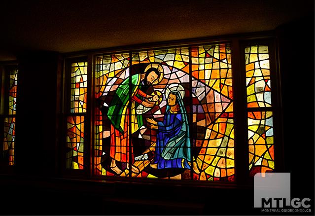 Un gros vitrail de l'église