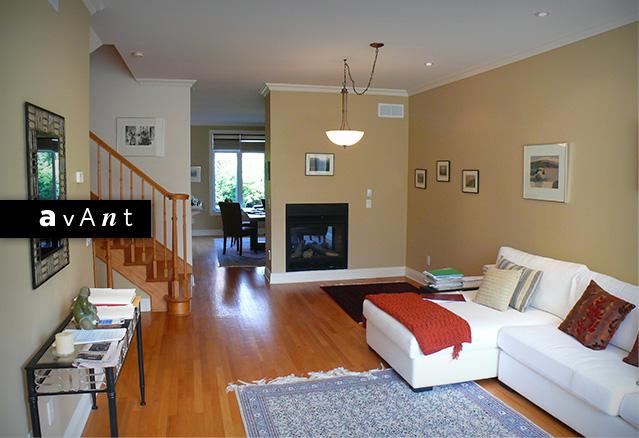 salon avec un foyer avec un espace vide