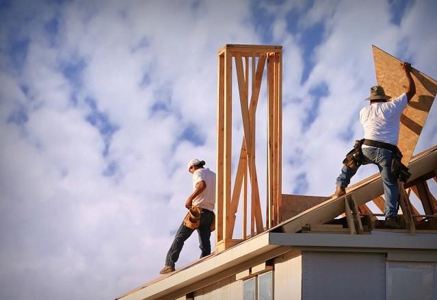 employés travaillant sur le toit