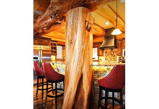 Billot de bois comme poutre dans une cuisine