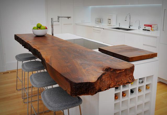 billot de bois fendu utilisé comme comptoir de cuisine