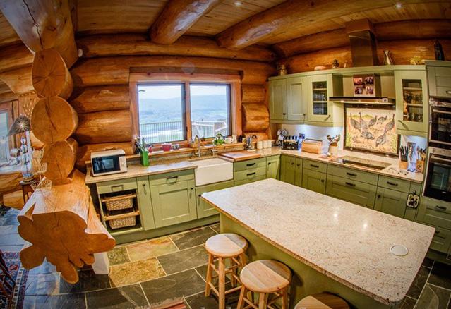 Cuisine d'une maison en bois rond