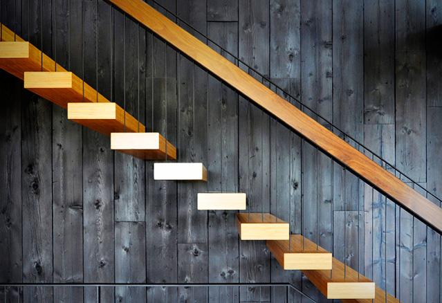 escaliers sur un mur brulé