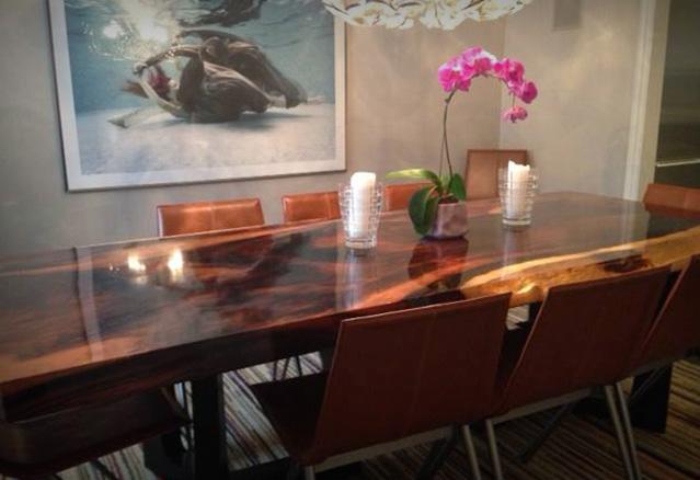 Table de cuisine faite d'une tranche de billot d'arbre