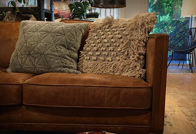 divan en cuir foncé