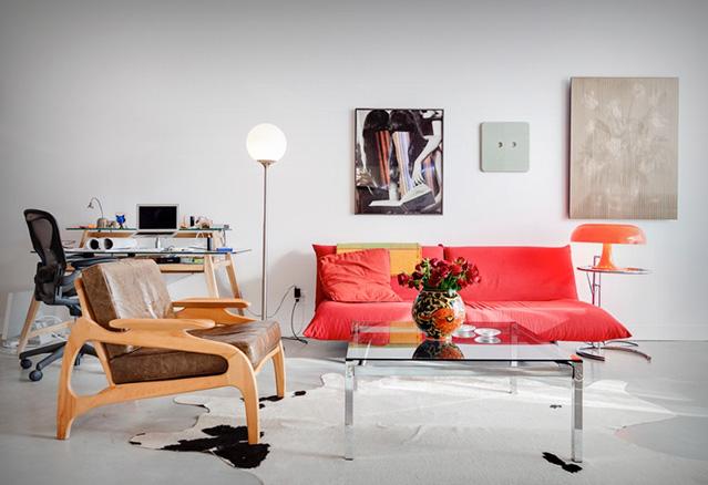 salon avec divan et lampe dans un aire ouverte