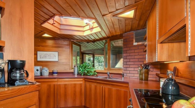 Cuisine avec fenêtre dans une maison usonienne