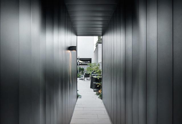 corridor donnant sur la cour extérieur