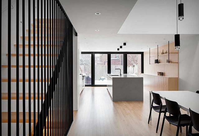 la cuisine avec les escaliers dans l'espace aire ouverte