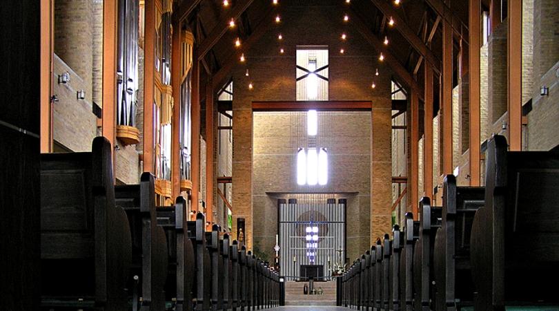 dans hanganu saint benoit du lac la nef de l'église abbatiale