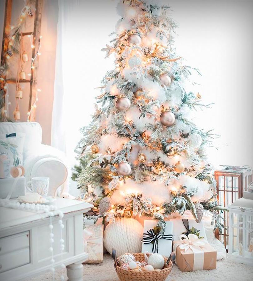 décoration du temps des fêtes, un sapin blanc avec des crystaux