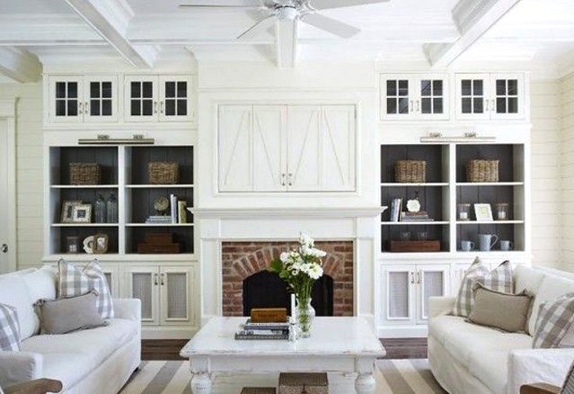 foyer_brique sur mur blanc